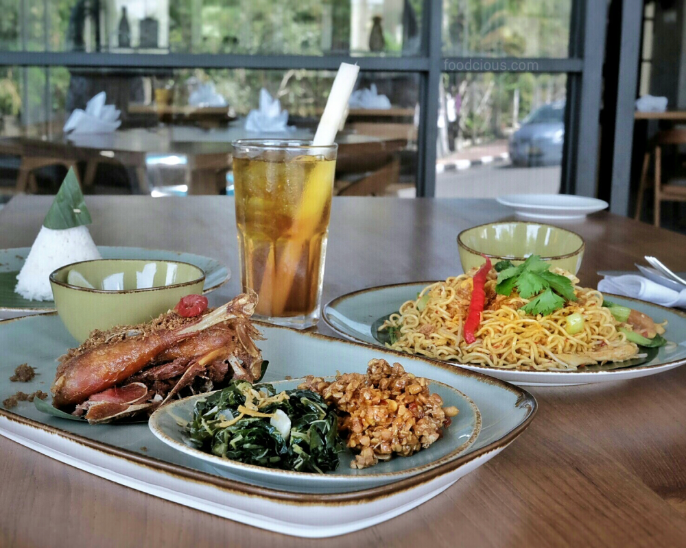 Ayam Bekakak (left) Mie Goreng Padang (right)